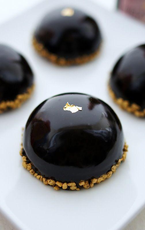 Пирожные шоколад и маракуйя торты