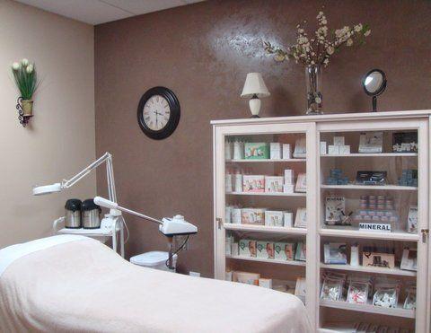 Facial room day spa ideas pinterest for Beauty treatment room decor ideas