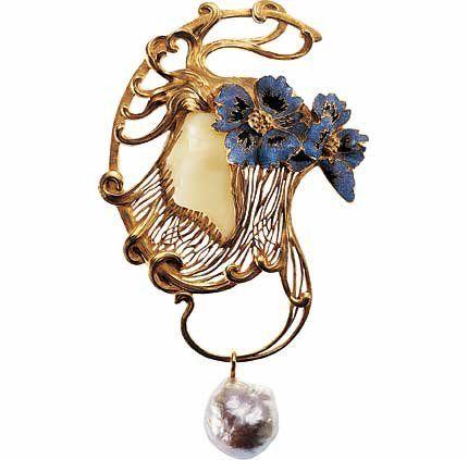René Lalique - Pendentif Tête de femme coiffée de deux fleurs de pavot. France circa 1898-1899.
