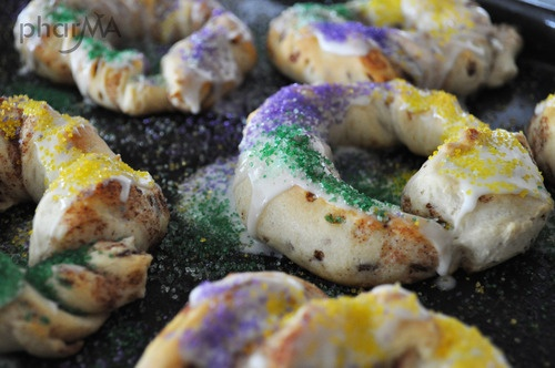 Quick and easy king cake using cinnamon rolls