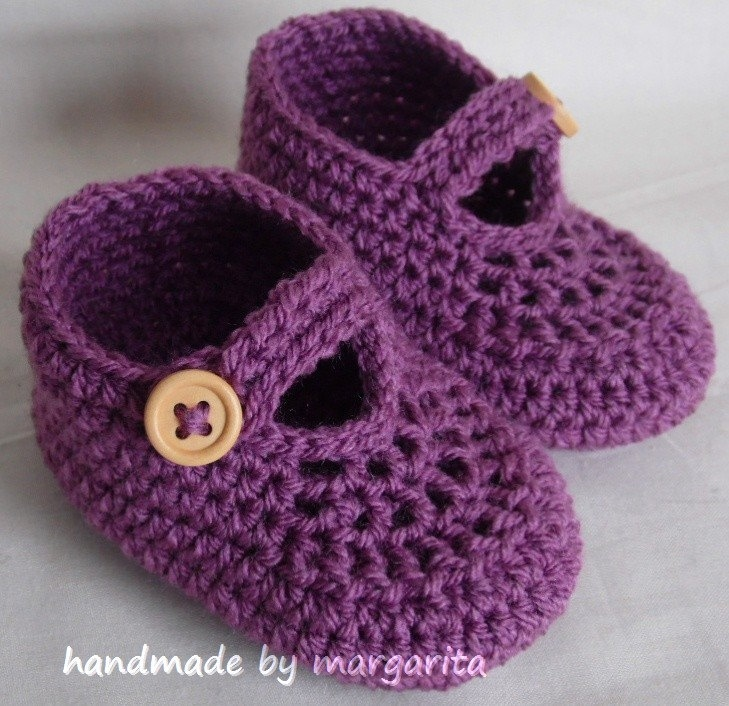 Crocheting Yarn Uk : Crochet baby shoes for NB, 0-3M or 3-6M with natural wooden buttons ...