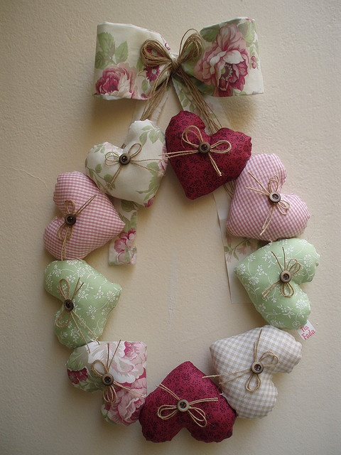 Guirlanda de corações by Tia Fada, via Flickr...This heart wreath is so pretty!