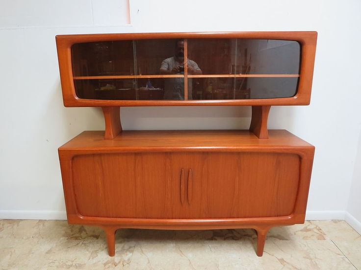 Floating buffet cabinet