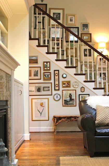 階段に写真や絵を飾る