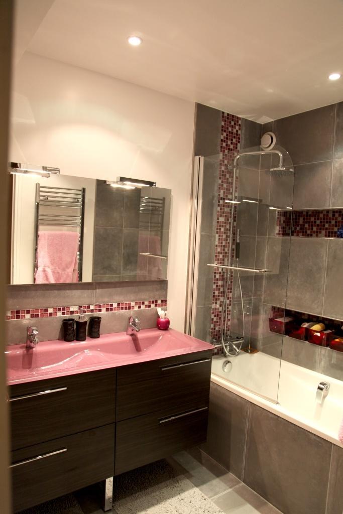 et frise de mosaïque colorée, pour une salle de bain so girly