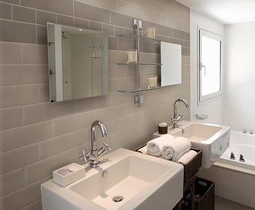 Dark gary high gloss subway tiles for shower feng shui - Salle de bain taupe et beige ...