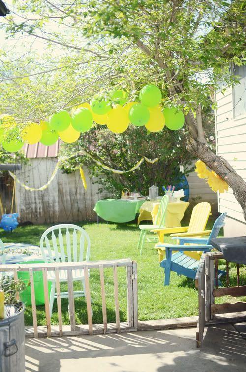 Una alegre decoración con globos para una fiesta de verano / A cheerful balloon decoration for a summer party