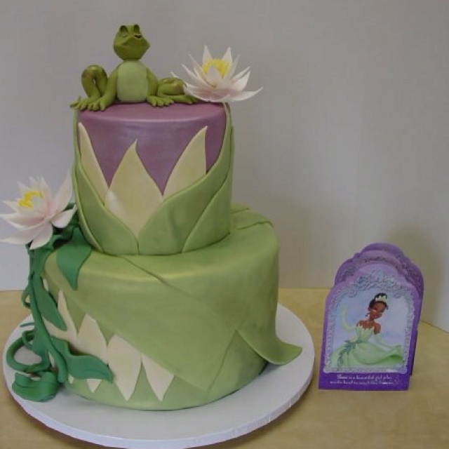 Gennifer made this Princess and the Frog cake.  I love the flower details.