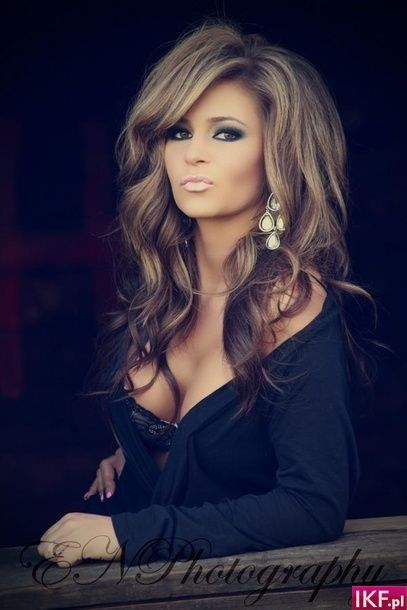 This girl is beautiful. Love her hair & makeup!