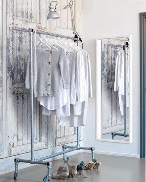Zo'n flexibel kledingrek is altijd handig, overal heen kunnen verschuiven door de vier zwenkwielen.