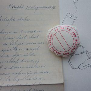 broche 'In de PS'jes...' Gebaseerd op een zin uit de verzameling liefdesbrieven die opa en oma van de ontwerpster Annet de Vries aan elkaar schreven tussen 1937-1943.  #verjaardag #liefde