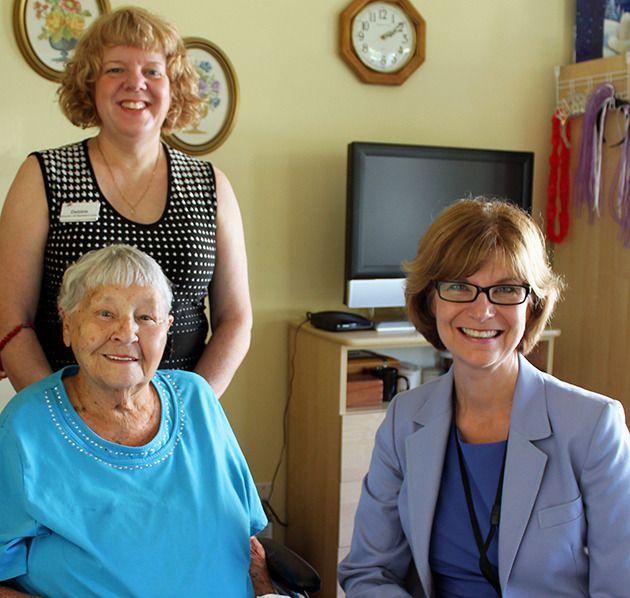 Seniors advocate isobel mackenzie meets with sunridge place resident