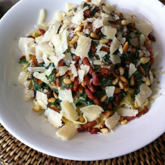 Tagliatelle enriched with spinach, sun dried tomatoes, stoneleeks ...