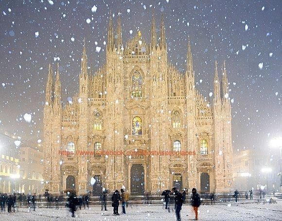 snow, Duomo Cathedral, Milan, Italy