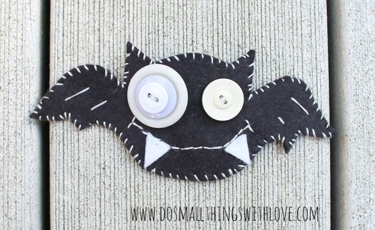 felt bat broach with button eyes--free template for Halloween fun!