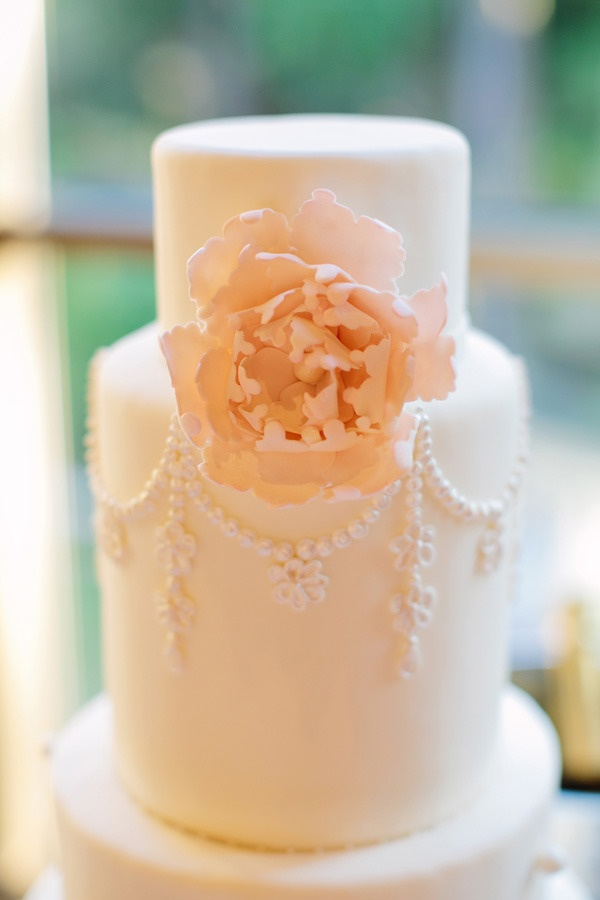 classic cake with a dash of oh so pretty  Photography by theredflystudio.com