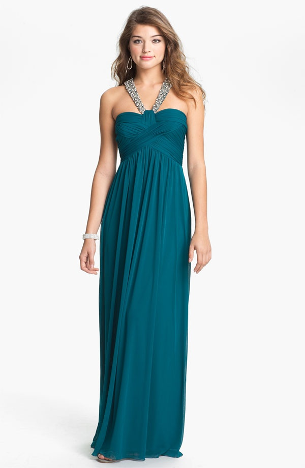 What color prom dress should I wear? If you want to find a prom dress to complement your appearance, consider the color wheel. Generally, cooler tones will flatter redheads, jewels tones look great on brunettes, and blondes rock pastels, but don't let this restrict you! Stick with a tried-and-true.