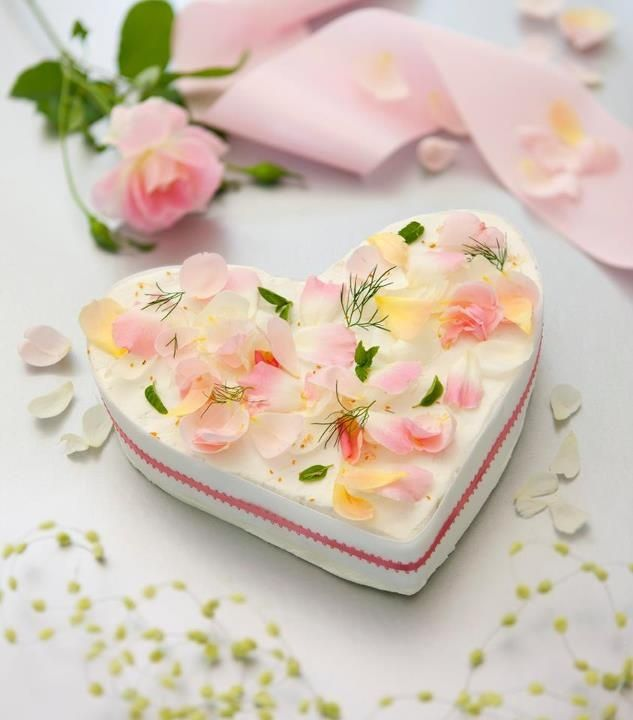 cheesecake with rose petals | HEARTS & FLOWERS | Pinterest