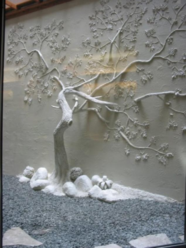 Рельефное дерево на стене