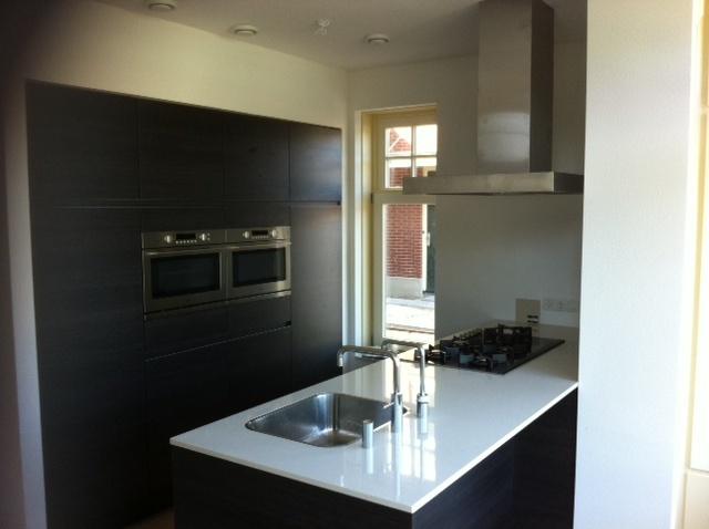 Keuken Kastenwand Met Nis : Greeploze keuken met kook-/ spoeleiland met een dun composieten blad