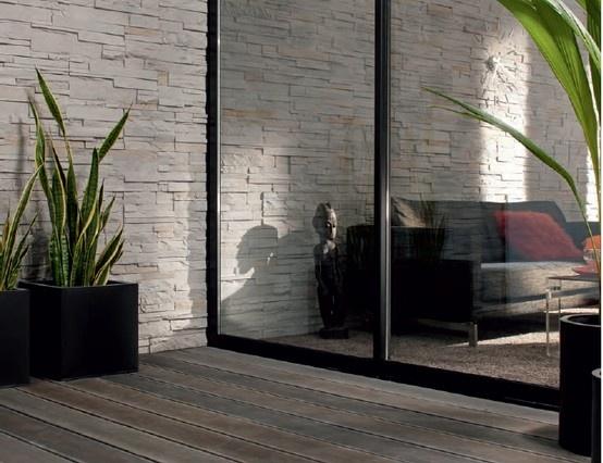 Contrasti materici tra parquet del pavimento e la pietra delle pareti