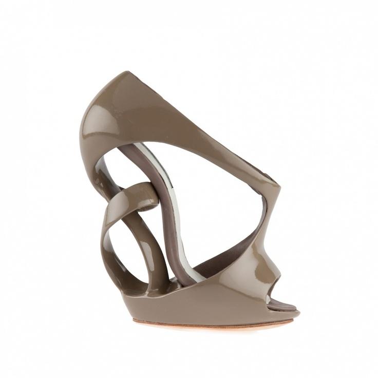 Victoria Spruce es una pujante diseñadora de zapatos, que se inspira en la arquitectura moderna, en la escultura y en el diseño futurista. Sus zapatos están basados en las líneas fugaces con curvas que van y vienen alrededor de los pies de quienes los usan