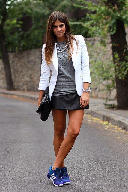 trendy_taste-look-outfit-street_style-blazer_blanca-white_blazer-leather_skirt-falda_cuero-adidas-mygirls-deportivas-sneakers-black_leather_...