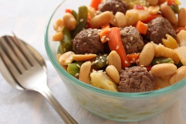 Brown rice with vegetables, lamb meat balls, nuts and seeds (E)