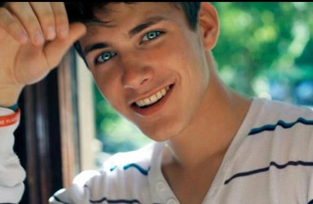 Blue eyes brown hair guys tumblr room