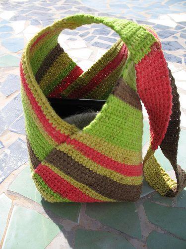 modèle simple qui est crocheté première en un rectangle de 20 cm de large et 53 cm de long et ensuite plié et cousu dans un sac.