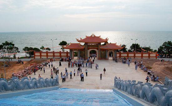 Cổng chùa hướng ra biển