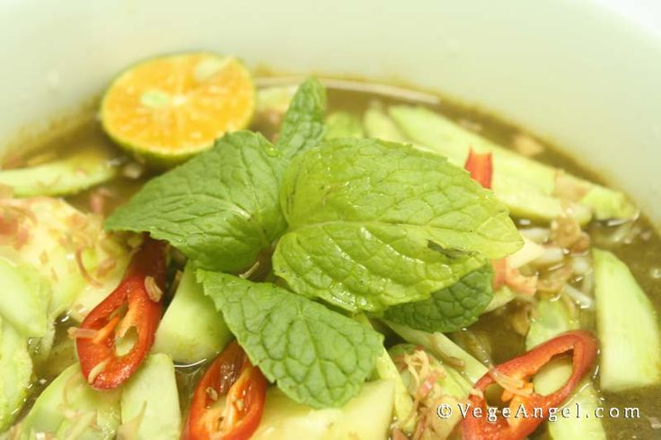 Vegan Hot and Sour Rice Vermicelli Soup 酸辣米粉汤
