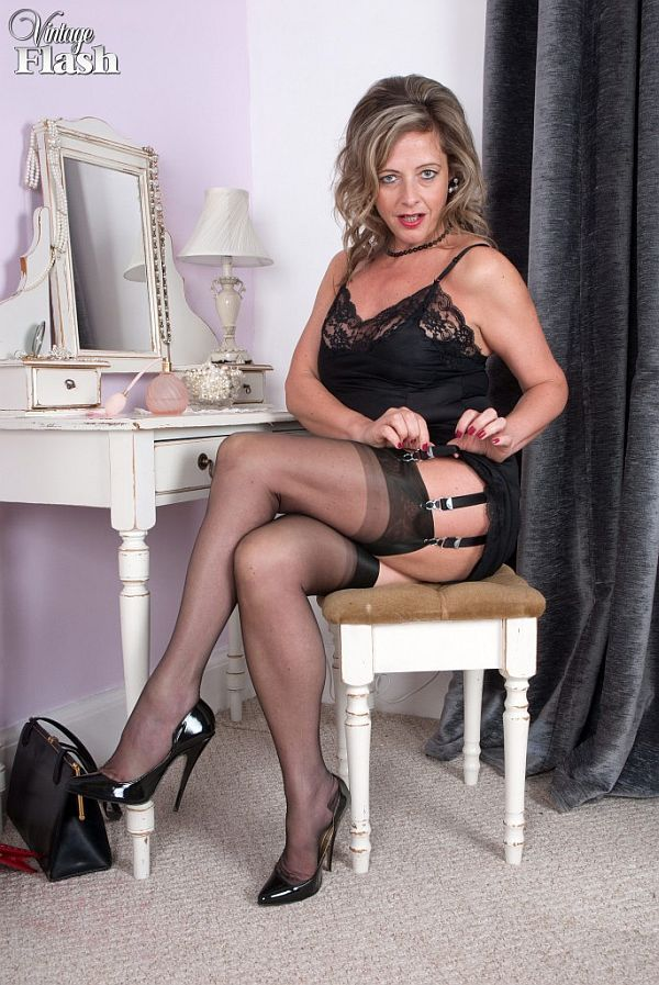 Curvy MILF Sophia Delane strips down to seamed nylons and garters № 141452 бесплатно