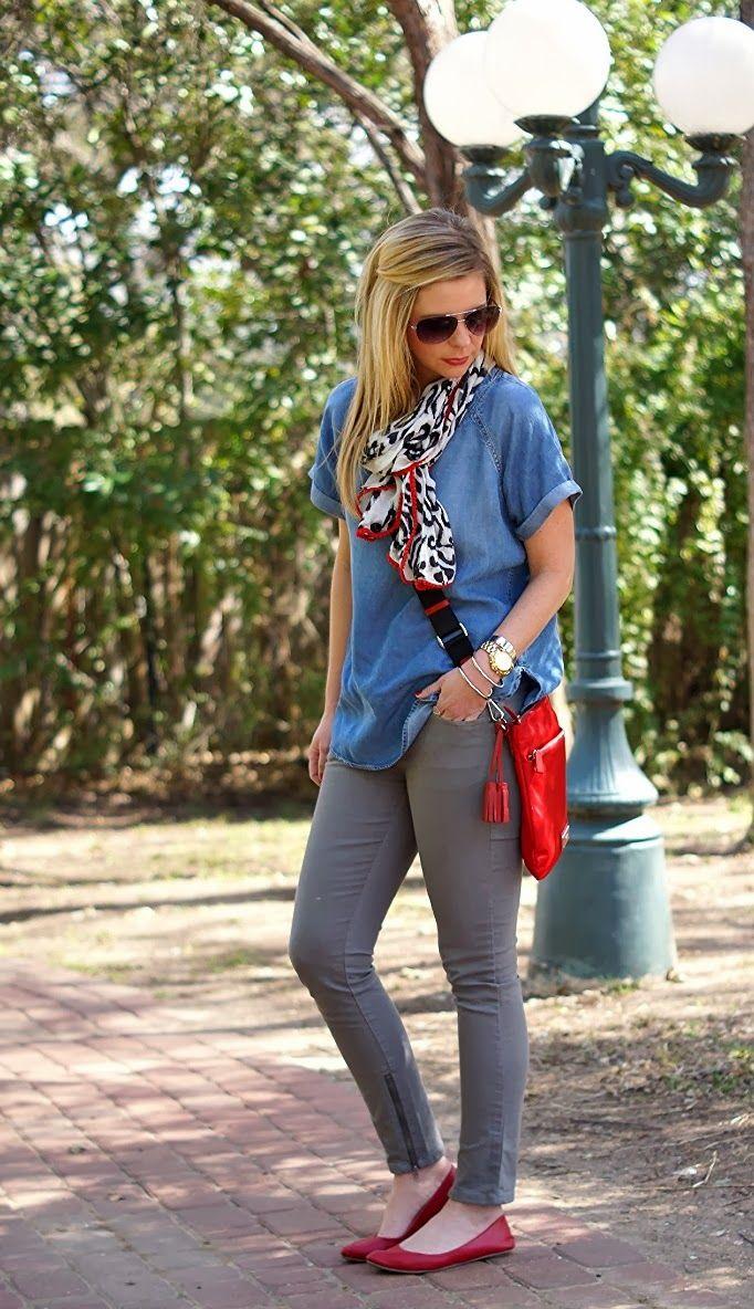 グレーのパンツとデニムシャツ