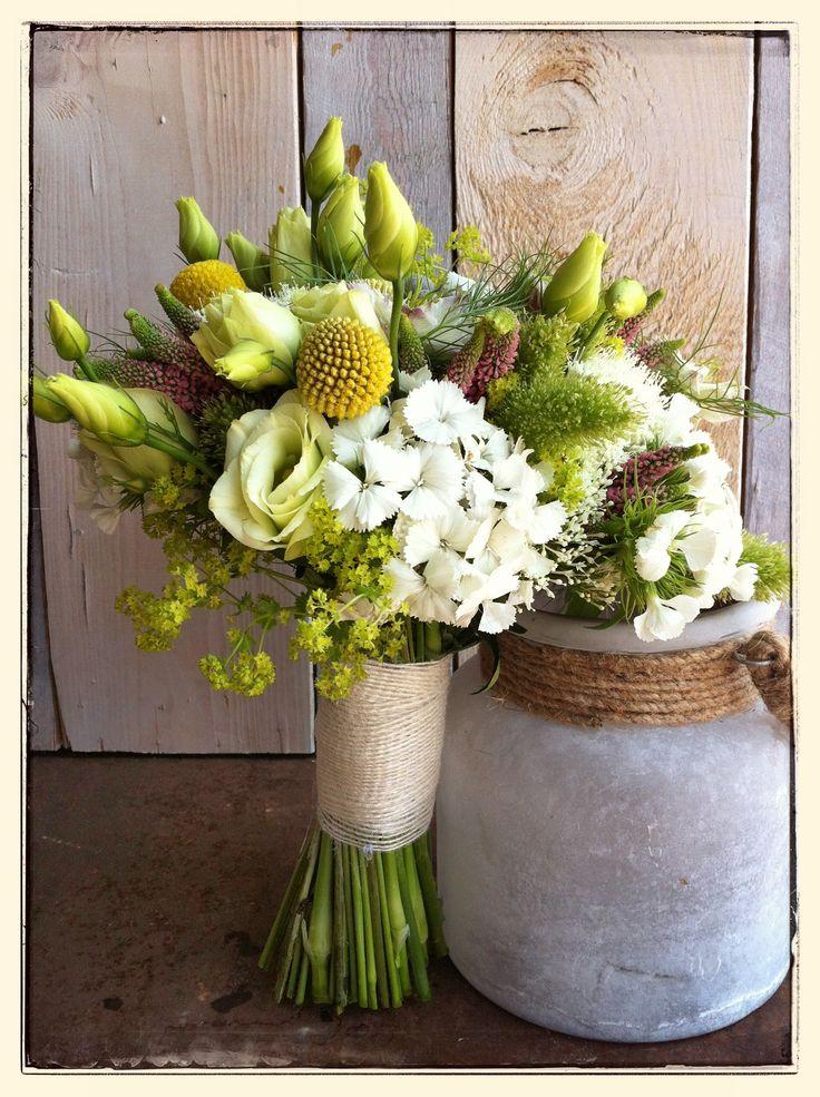 Ramo de novia tipo bouquet en amarillo, ivory y verde · De, Mar de Flores #bridalbouquet #spain