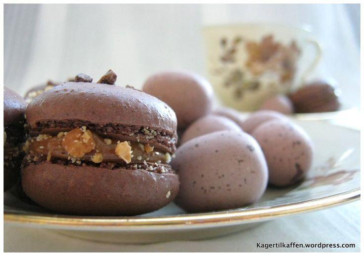 Mini snickers macarons   Småkager dansk tekst   Pinterest