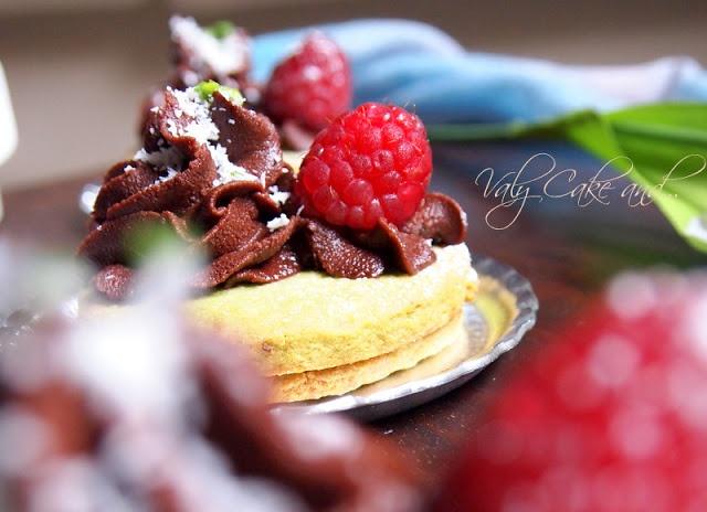 - Biscotti al pistacchio con confettura di lamponi e ganache al ...