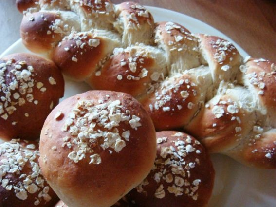 Green tea and honey oatmeal bread rolls and plait