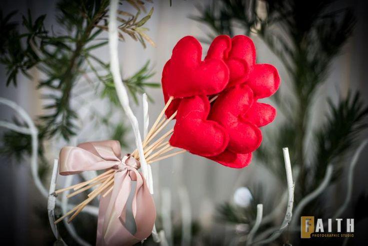 """Ao invés de jogar seu bouquet, jogue corações … a visão é linda … ótima para fotos.  Iso sem contar com a alegria de suas amigas, todas conseguirão """"pegar"""" o bouquet.  leticiaribeiro.bouquet@gmail.com"""