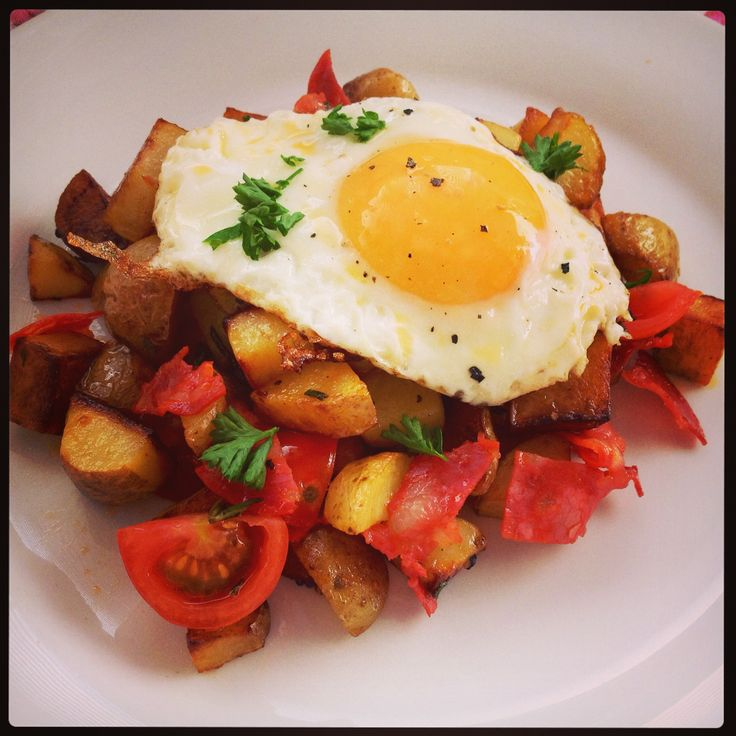 ... potatoes, chorizo slices, rosemary, tomatoes, a fried egg and parsley