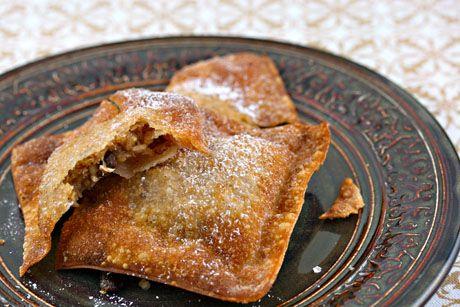 Light and crunchy apple crisp wontons via @Lydia Squire Walshin