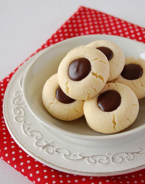 Chocolate thumbprints / Biscoitinhos recheados de chocolate by ...