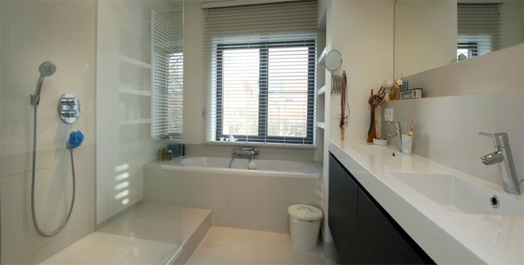 Badkamer bad onder raam idee n voor het huis pinterest - Idee outs kamer bad onder het dak ...