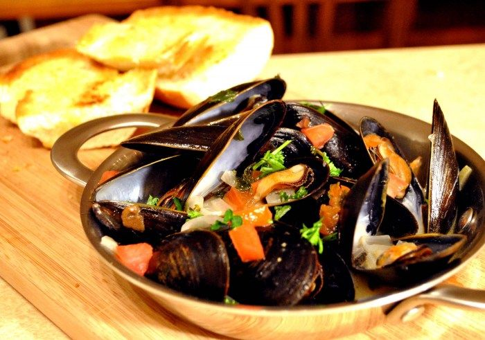 Mussels In White Wine Sauce Recipe — Dishmaps