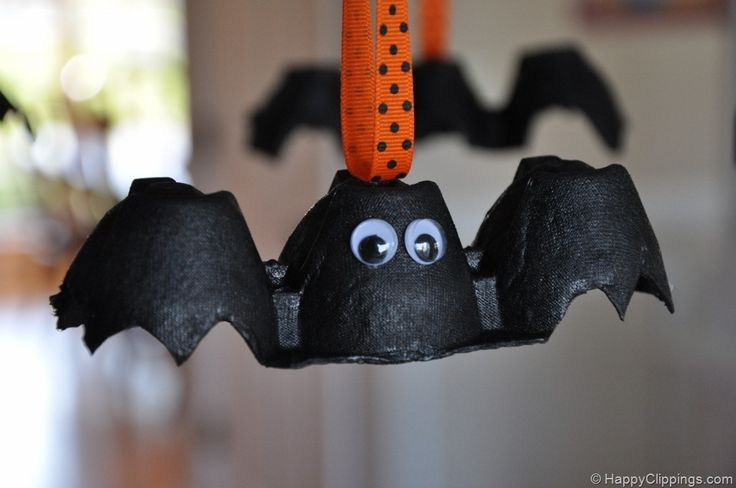 DIY Halloween decorations: bats from egg cartons