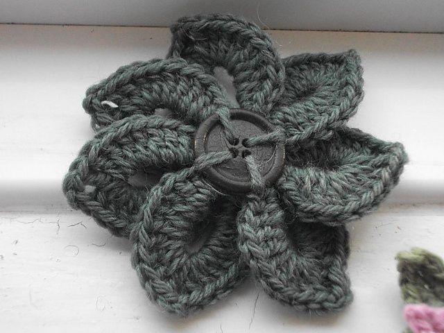 Crochet flower pattern. Yarn and Buttons Pinterest