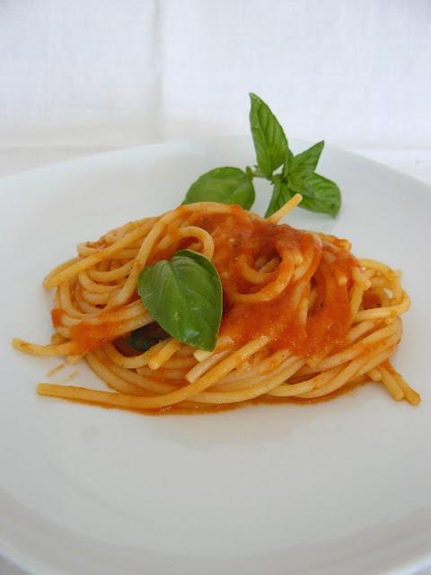 Spaghetti al pomodoro - The recipe is in Italian...