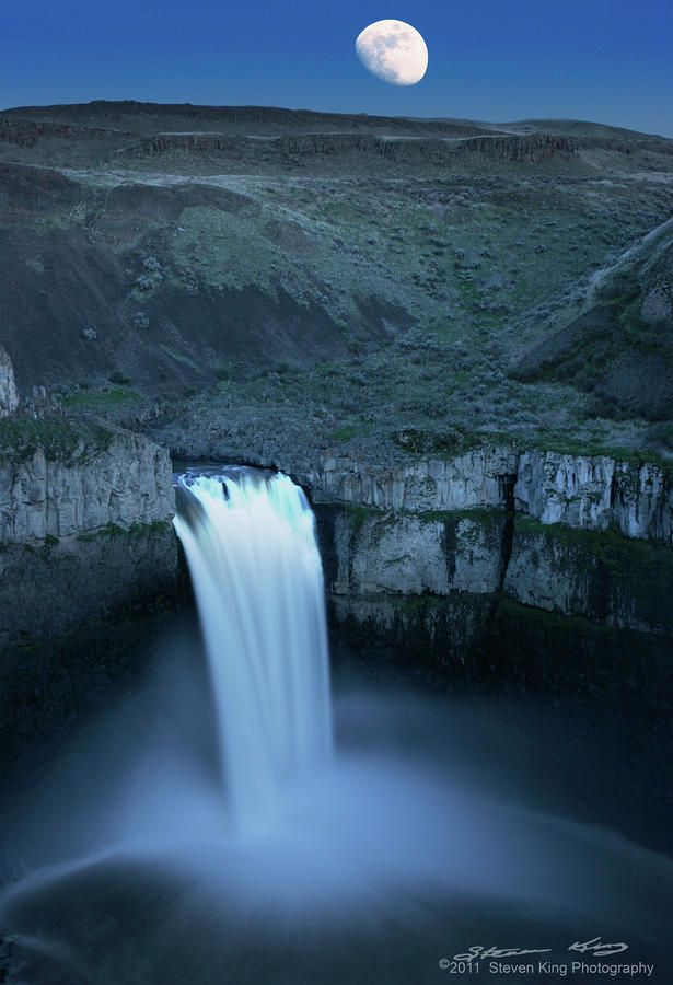 ✮ Moon over Palouse Falls