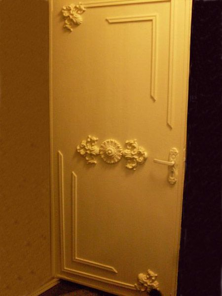 11 door decorating ideas to create modern interior doors for Door decorating ideas