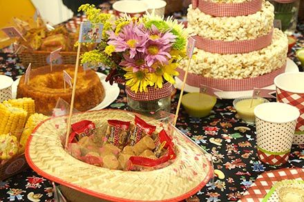 Arraial com Chá de Cozinha - http://www.chocolatesemcalorias.com.br/Arraial-com-Cha-de-Cozinha  #Arraial #Caipira #festajunina #Chadecozinha #DIY #sitiodopicapauamarelo #emilia #flores #pacoca #pedemoleque #bolo #pipoca #party